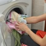 粉洗剤の溶け残りを防ぐには小さな洗濯ネットを使う